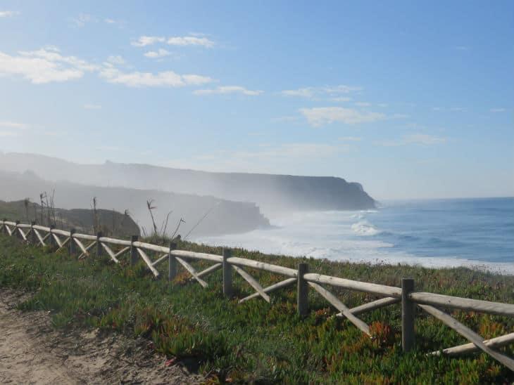 Många vackra vandringsleder följer kusten